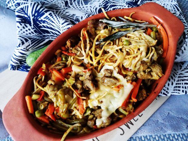Orientalna zapiekanka z makaronem iwieprzowiną
