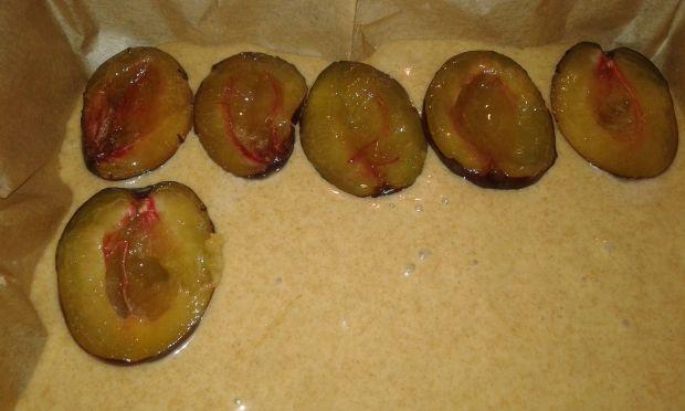 Orkiszowe ciasto ze śliwkami i borówkami