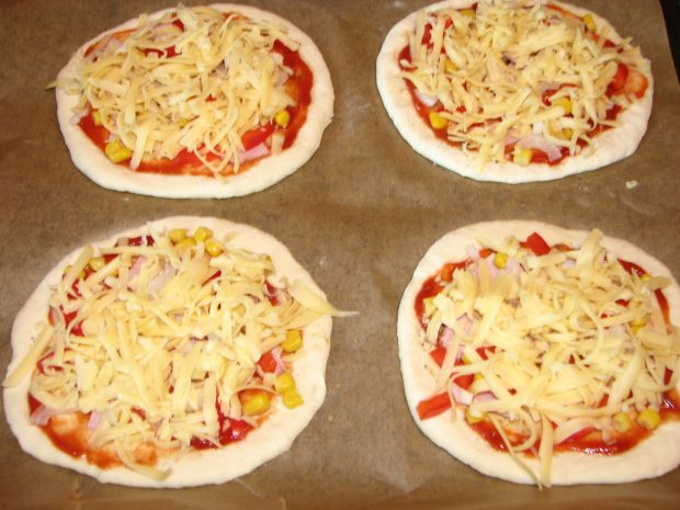 Orkiszowe mini pizze z szynką i warzywami
