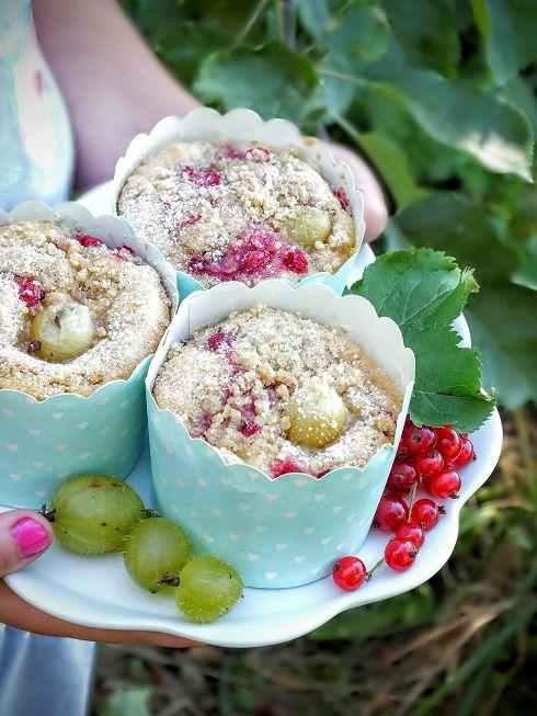 Orkiszowe muffinki z agrestem i czerwoną porzeczką