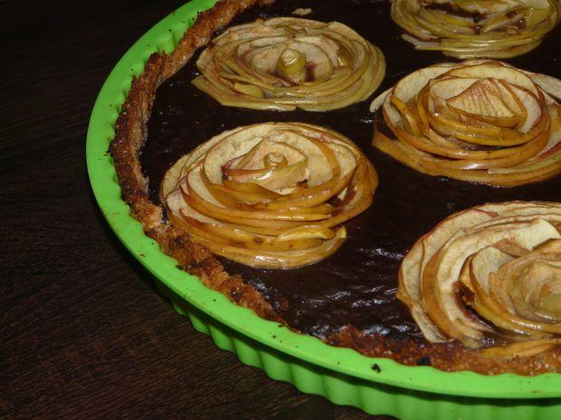 Orzechowa tarta z jabłkami i czekoladowym budyniem