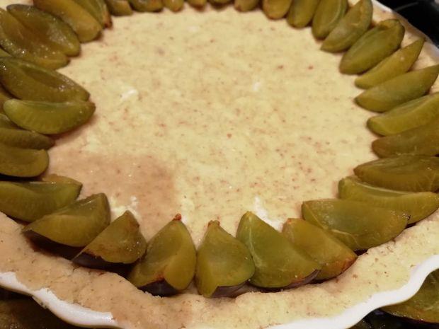 Orzechowa tarta ze śliwkami
