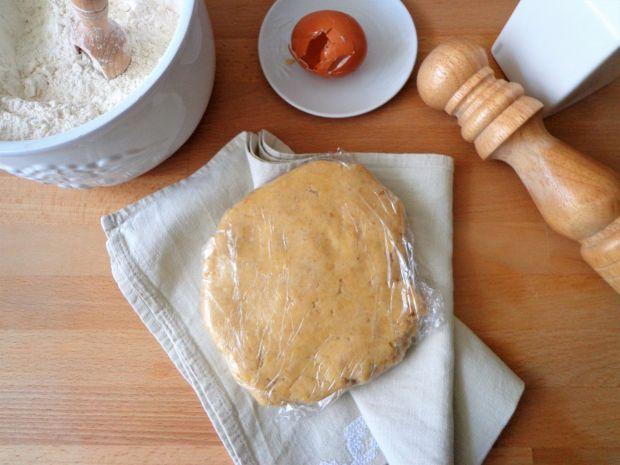 Orzechowa tarta ze szpinakiem, groszkiem i ricottą