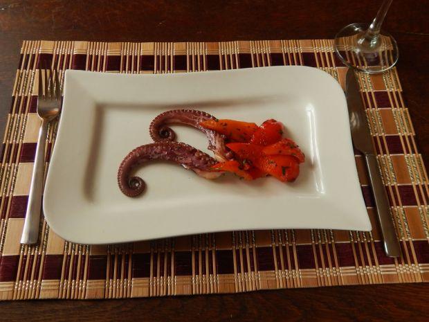 Ośmiornica z sałatką ze smażonej papryki