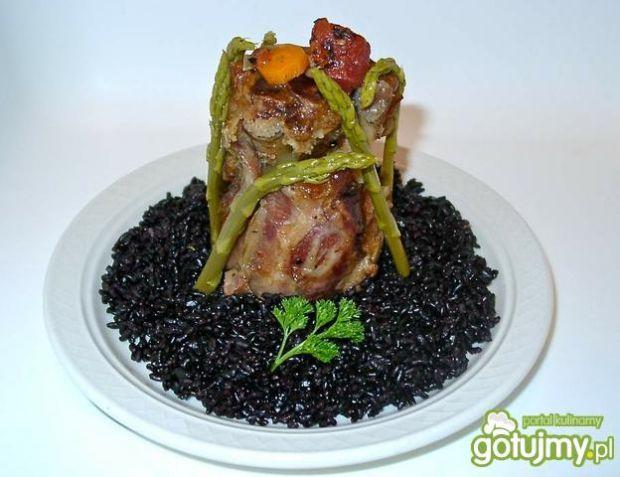 Osso bucco wieprzowe na czarnym ryżu