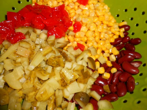 Ostra sałatka z żółtym serem, porem i szynką