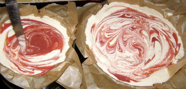 Oszukany sernik jogurtowy z musem truskawkowym