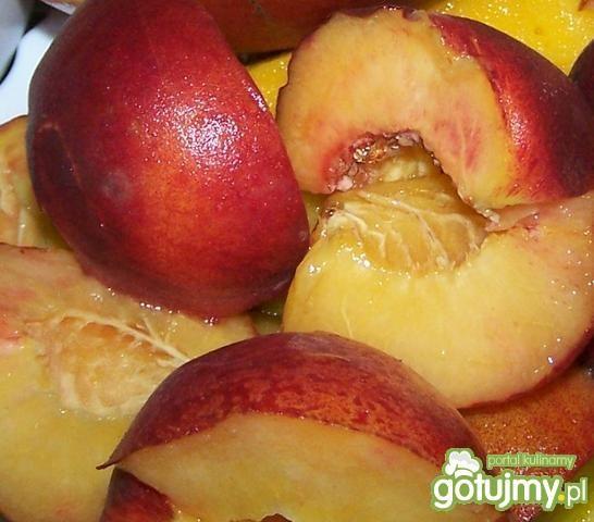 Owoce pod kruszonką.