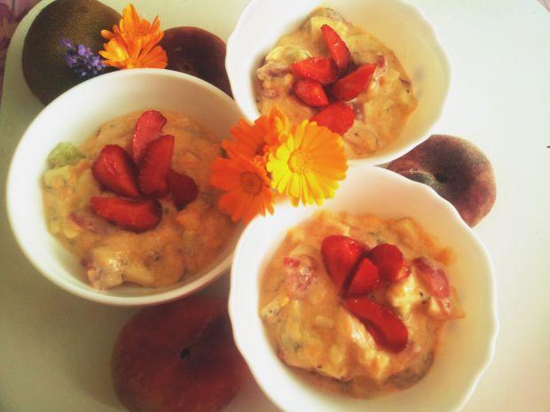 Owocowa sałatka z batatem i truskawkami