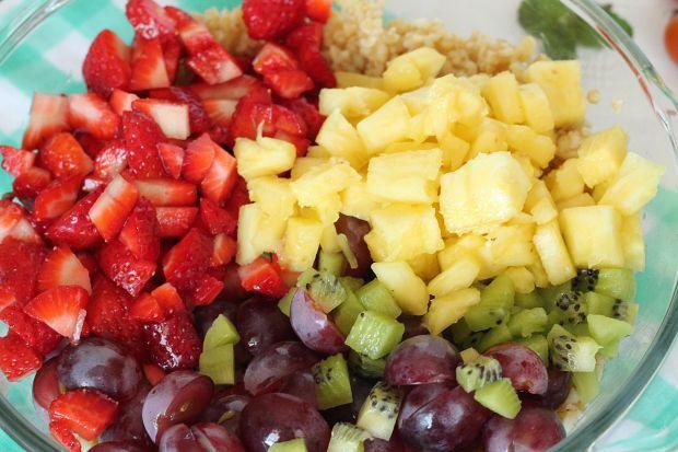 Owocowa sałatka z kaszą bulgur