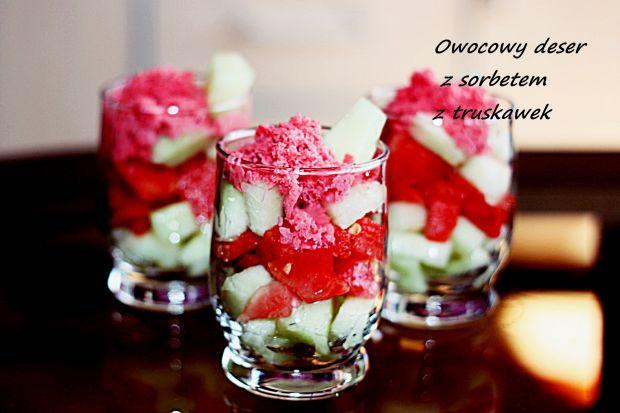 Owocowy deser z sorbetem truskawkowym
