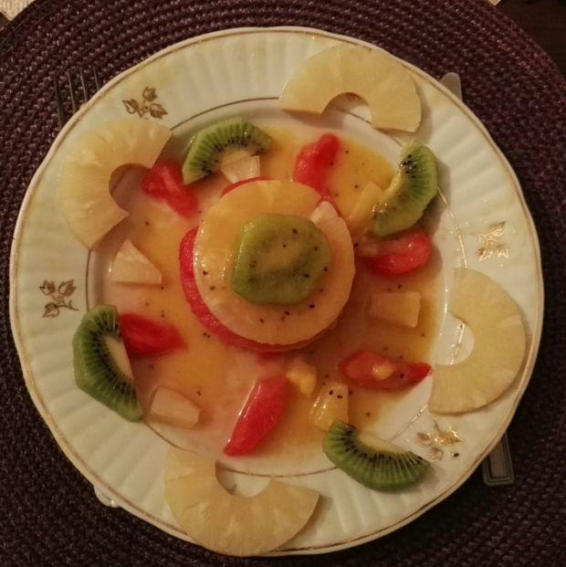 Owocowy torcik z kiwi, ananasa i arbuza