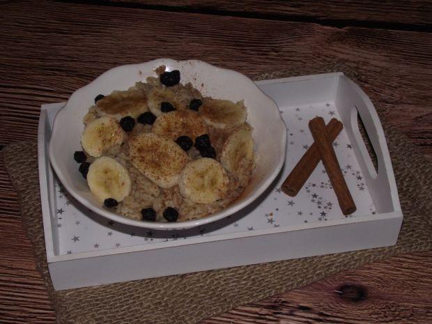 Owsianka z bananem, jagodami i szczyptą cynamonu