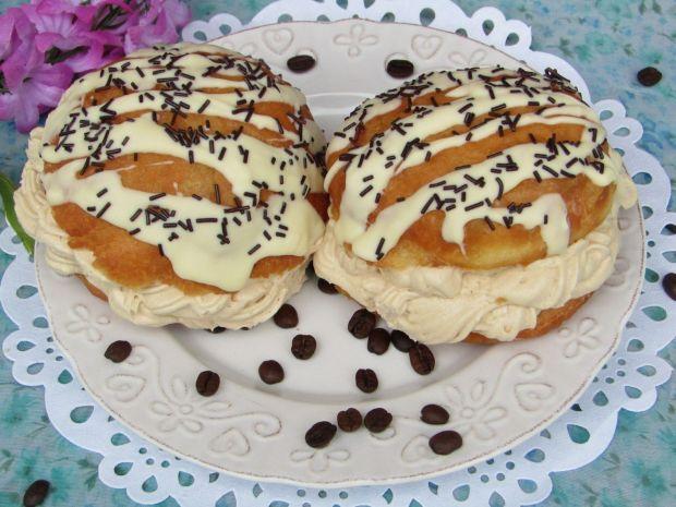 Pączki z kremem kawowym polane białą czekoladą