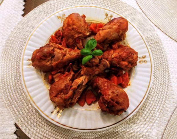 Pałki kurczaka duszone w sosie pomidorowym