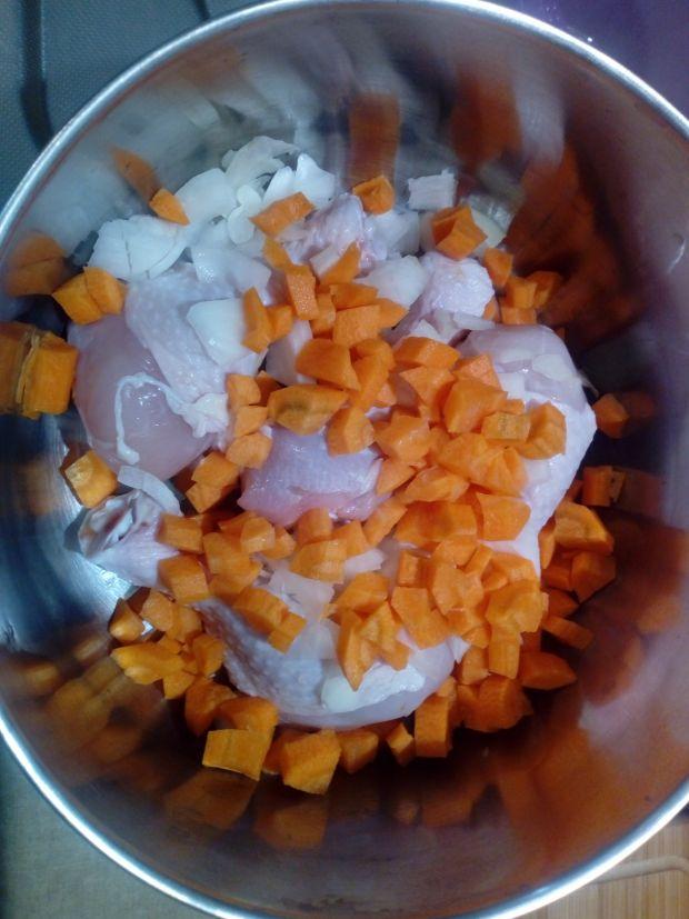 Pałki z kurczaka w sosie z marchewką i cebulą