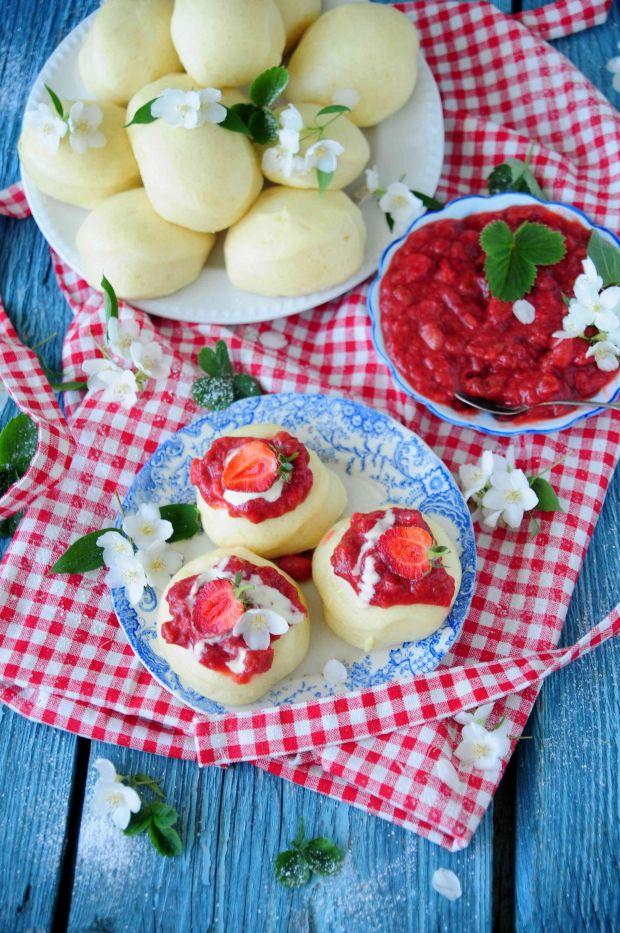 Pampuchy z sosem rabarbarowo- truskawkowym