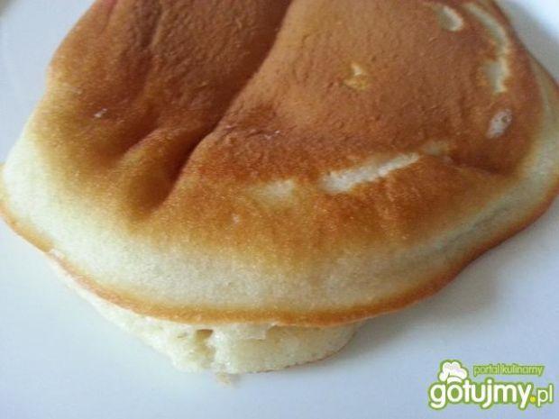 Pancakes z bitą śmietaną i truskawkami