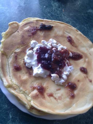Pancakes z twarożkiem i dżemem