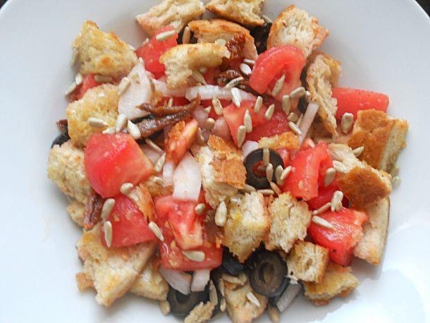 Panzanella, sałatka chlebowo-pomidorowa