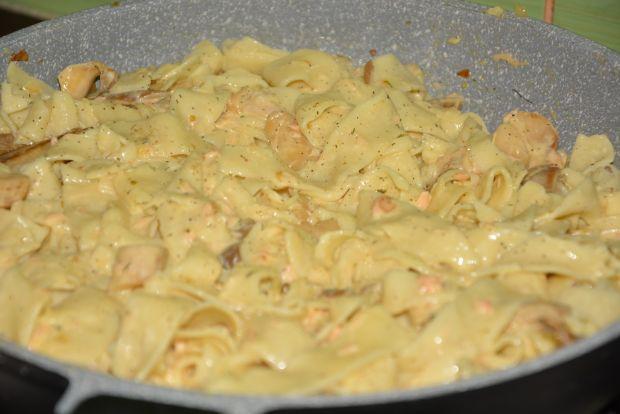 Pappardelle z łososiem i boczniakami w śmietanie