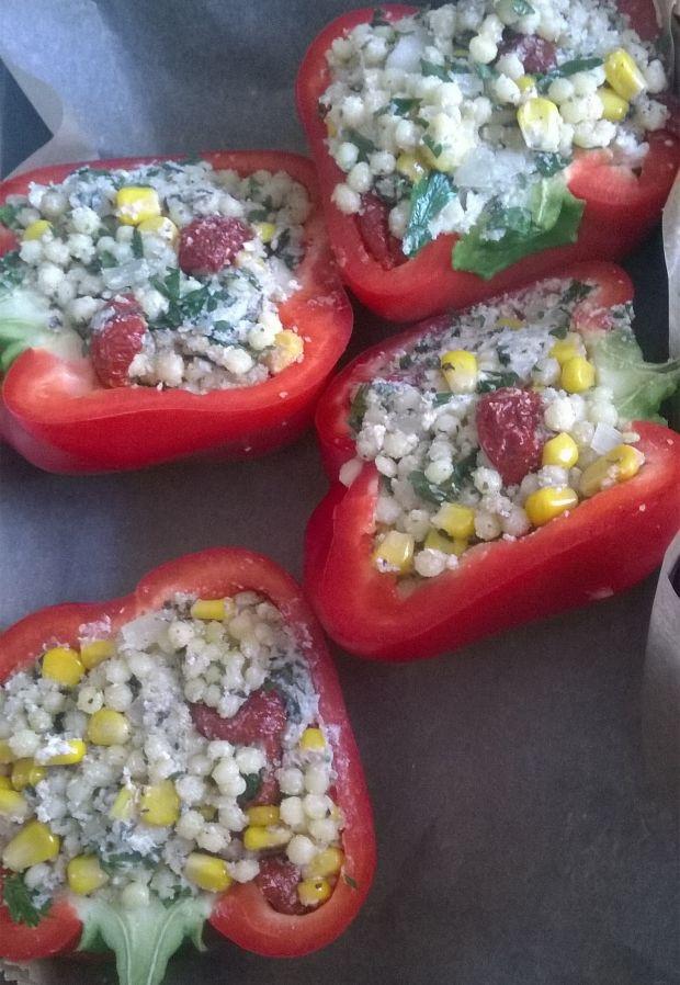 Papryka z kuskusem, fetą, suszonymi pomidorami