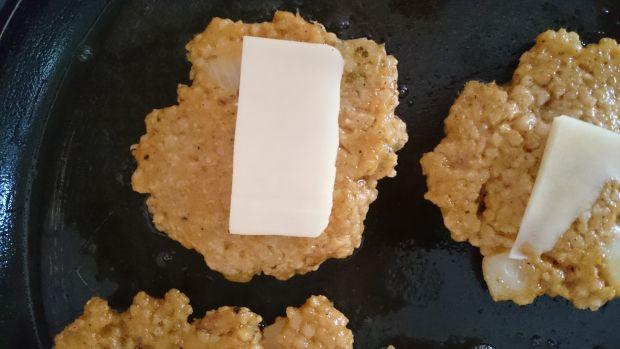 Paprykowe placuszki z kaszy jaglanej z serem
