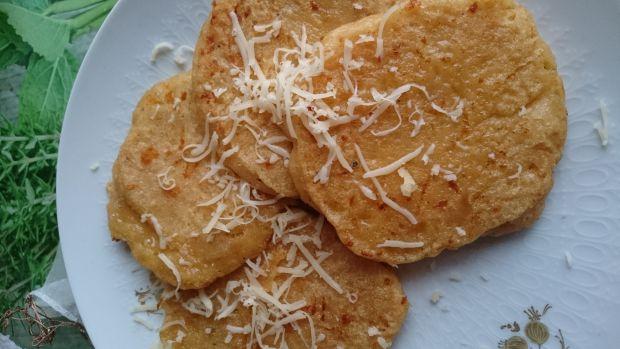 Paprykowe placuszki z kaszy manny i żółtego sera