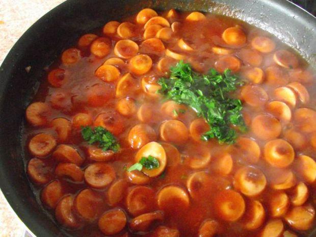Parówki w pomidorowym sosie z natką pietruszki