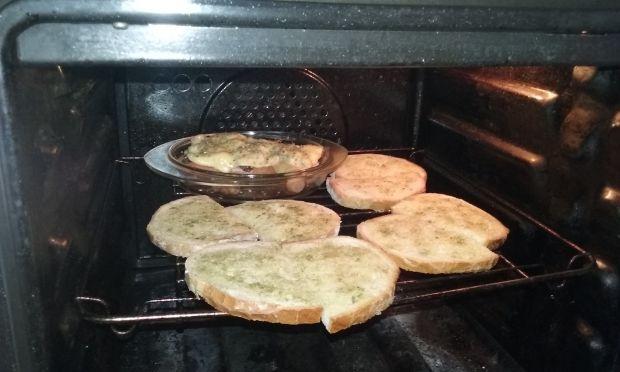 Parówki z serem, pieczarkami i ziołowymi grzankami