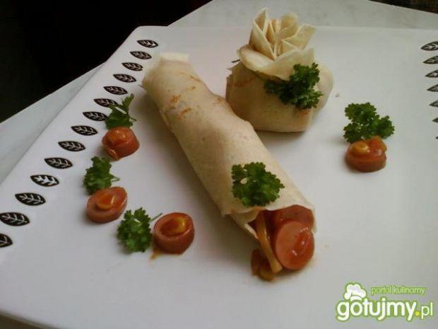 Parówki z soem chińskim w naleśniku