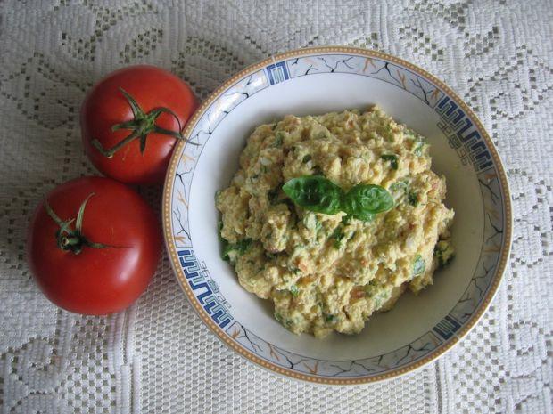 Pasta jajeczna z bazylią i pomidorem