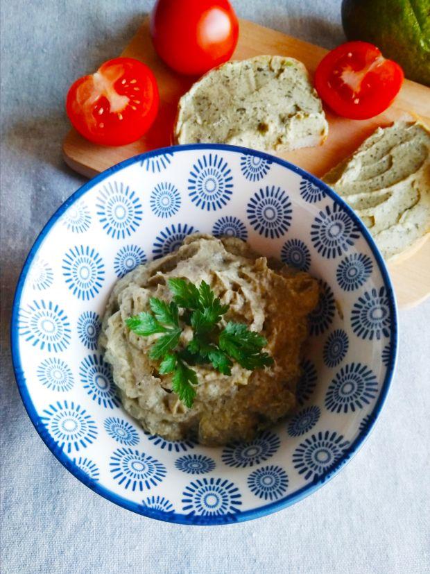 Pasta z awokado, ciemnych oliwek i jajek.