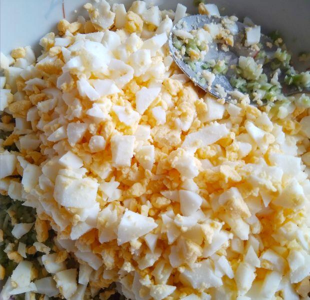 Pasta z awokado z dodatkiem rzodkiewki i jajek