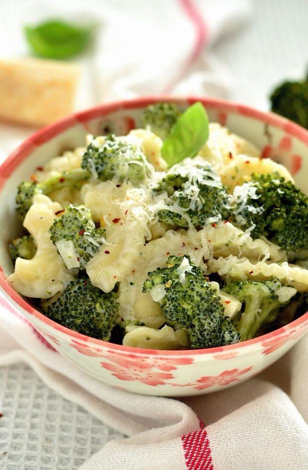 Pasta z brokułami w sosie śmietanowo-serowym