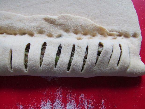 Paszteciki drożdżowe z młodą kapustą i pieczarkami