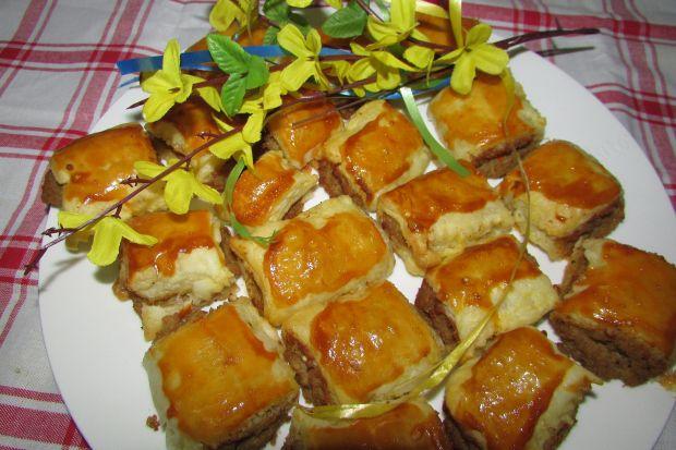 Paszteciki z ciasta francuskiego z mięsem mielonym