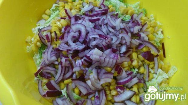 Pekinka z kukurydzą pomidorem i cebulą