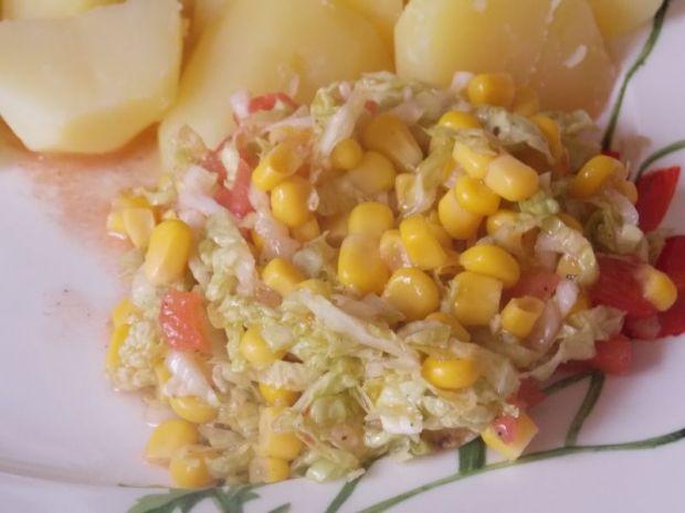 Pekińska z kukurydzą i pomidorem
