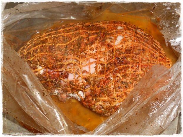Peklowana szynka pieczona w papryce i majeranku