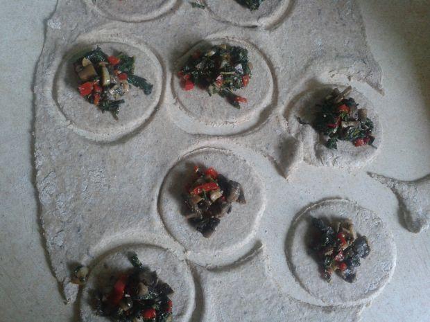 Pełnoziarniste pierogi z liśćmi rzodkiewki