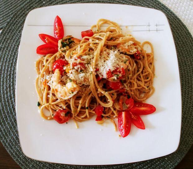 Pełnoziarniste spaghetti z krewetkami i pomidorami