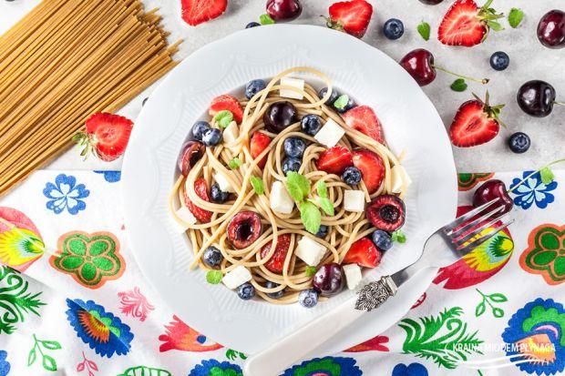 Pełnoziarniste spaghetti z serem i owocami
