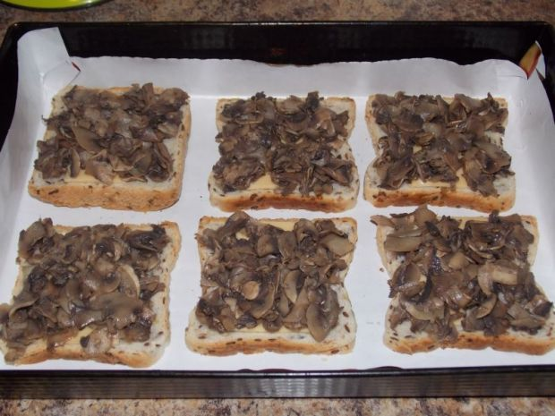 Pełnoziarniste tosty z pieczarkami