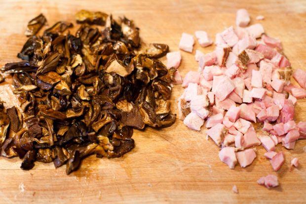 Penne w sosie z suszonymi grzybami i szynką