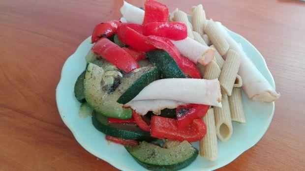 Penne z duszonymi warzywami oraz wędliną