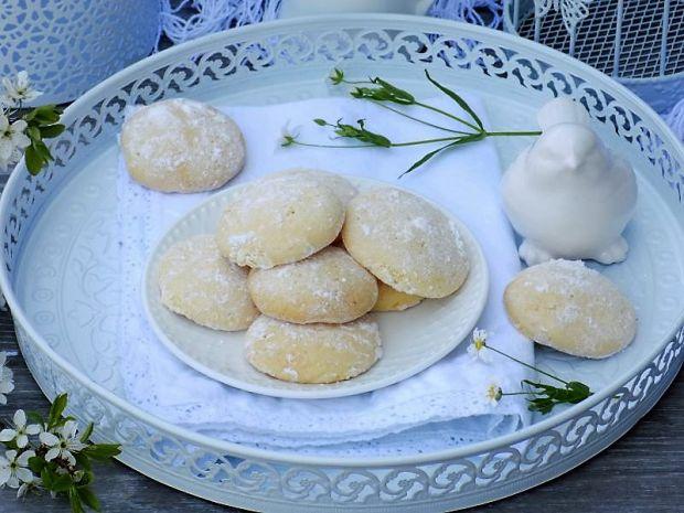 Piaskowe ciasteczka obtaczane w cukrze pudrze