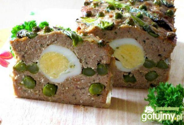 Pieczeń ze szparagami i jajkiem - Pieczeń jest bardzo smaczna,aromatyczna i efektowna