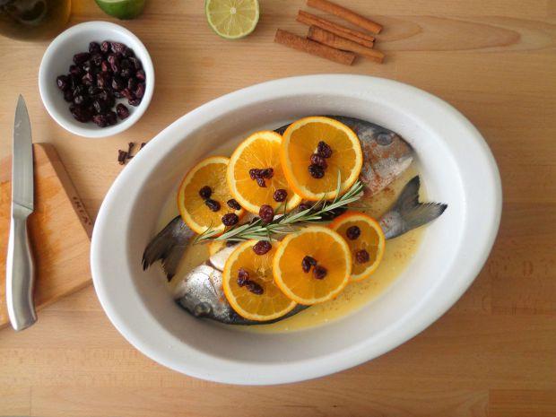 Pieczona dorada z pomarańczą, limonką i żurawiną