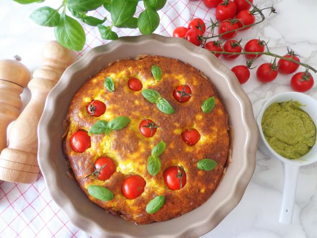 Pieczona frittata z pomidorkami, fetą i pesto